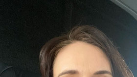 Novozélandská premiérka Jacinda Ardernová propaguje nošení roušek.