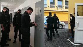 Obviněný muž v doprovodu policistů
