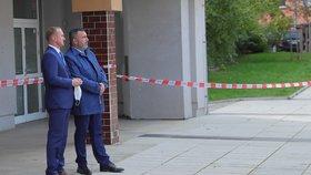 Hradní prokololář Vladimír Kruliš s šéfem ochranky čekají na příjezd Miloše Zemana s manželkou Ivanou, kteří volili do Senátu (2. 10. 2020)