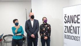 Volby 2020: Štáb Pirátů, (zleva) místopředsedkyně Olga Richterová (Piráti), senátor  Lukáš Wagenknecht a kandidátka druhého kola senátních voleb Adéla Šípová (3.10.2020)