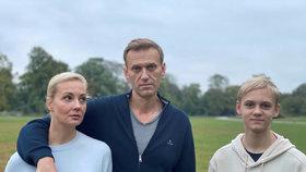 Lídr ruské opozice Alexej Navalnyj se po otravě novičokem zotavuje v Německu. Na snímku se synem Zacharem a manželkou Julijou (7. 10. 2020).