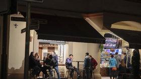 Situace ohledně koronaviru je nejhorší od doby vypuknutí pandemie. Vláda proto od středy 28. října zavedla zákaz vycházení po 21:00. Takto to vypadalo v hlavním městě v sobotu 10. října 2020 večer, po zavíračce restaurací, barů a jiných provozoven.