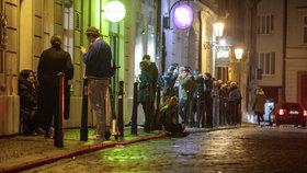 Situace ohledně koronaviru je v Praze nejhorší od doby vypuknutí pandemie. Lidem to ale nebrání v tom, aby se venku shlukovali bez roušek, a aby v minimálních rozestupech popíjeli alkohol. Takto to vypadalo v hlavním městě večer, po zavíračce restaurací, barů a jiných provozoven, v sobotu 10. října 2020.