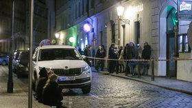 Situace ohledně koronaviru je v Praze nejhorší od doby vypuknutí pandemie. Lidem to ale nebrání v tom, aby se venku shlukovali bez roušek a v minimálních rozestupech popíjeli alkohol. Takto to vypadalo v hlavním městě v sobotu 10. října 2020 večer, po zavíračce restaurací, barů a jiných provozoven.