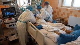 Oddělení na klinice anesteziologie, resuscitace a intenzivní medicíny ve Všeobecné fakultní nemocnici v Praze, kde ošetřují pacienty s koronavirem (12. 10. 2020).