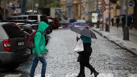 Koronavirus v Praze: Lidé s rouškami a deštníky během deštivého dne (14.10.2020)