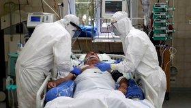 Boj s koronavirem na jednotce intenzivní péče v nemocnici ve Slaném.