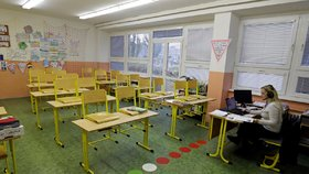 Prázdné třídy při distanční výuce na základní škole v Praze