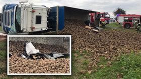 Při autonehodě u Luštice na Mladoboleslavsku přimáčkl náklaďák vezoucí řepu vůz se dvěma ženami.