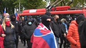 V Bratislavě demonstrovali příznivci Ultras proti koronavirovým opatřením (17. 10. 2020).
