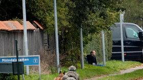 Vrah Peter Madsen obklíčený policií po útěku z vězení.