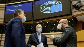 Maroš Šefčovič, Michel Barnier a Charles Michel v Evropském parlamentu.