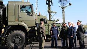 Vladimir Putin má své vojáky rád.