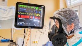 Lékaři v Oblastní nemocnici v Příbrami pečují o pacienty s těžkým průběhem onemocnění koronavirem (23. 10. 2020)