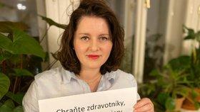 Ministryně práce a sociálních věcí Jana Maláčová (ČSSD) vyzývá lidi, aby zůstali doma a chránili tak ostatní.  Iniciativa Jistota chce testování pracovníků domovů se seniory. Ministryně se to prý snaží protlačit vládou.