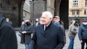 Na Náměstí Republiky se shází lidé před plánovanou demonstrací proti vládním opatřením. Zavítal mezi ně i bývalý prezident Václav Klaus.