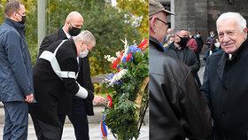 Prezident Miloš Zeman (vlevo) na Vítkově a bývalý prezident Václav Klaus u Obecního domu v Praze (28. října 2020)