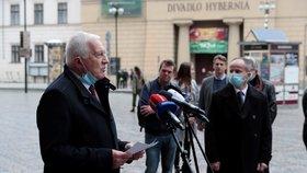 Na Náměstí Republiky se shází lidé před plánovanou demonstrací proti vládním opatřením. Na místě se objevil bývalý prezident Václav Klaus.