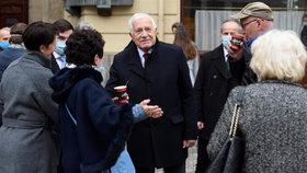 Václav Klaus porušil vládní nařízení. V centru Prahy, kde si připomněl státní svátek chodil bez roušky. S lidmi se i zdravil (28. 10. 2020)