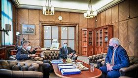 Premiér Andrej Babiš uvedl do funkce nového ministra zdravotnictví Jana Blatného. Úřad svému nástupci předal odstupující ministr Roman Prymula (29. 10. 2020).