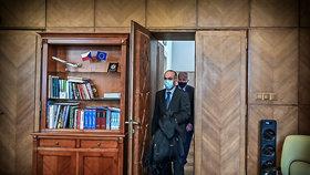 Premiér Andrej Babiš uvedl do funkce nového ministra zdravotnictví Jana Blatného. Úřad svému nástupci předal odstupující ministr Roman Prymula (29. 10. 2020)
