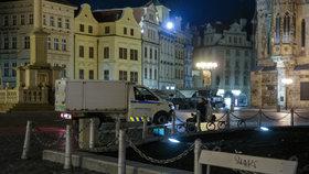 """28. října 2020 začal platit zákaz vycházení po 21:00. Fotograf Blesku se vypravil do ulic """"města duchů,"""" aby zjistil, jak lidé nařízení dodržují. Zároveň také pořídil nevšední snímky noční vylidněné Prahy tak – jak ji pozná nejspíše málokdo."""