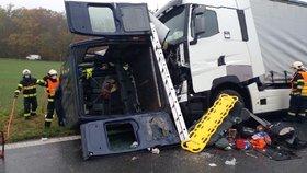 ři srážce kamionu a dodávky na Pardubicku zemřeli čtyři lidé.