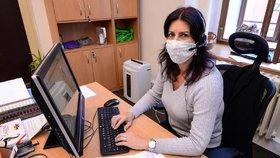 Zaměstnankyně plzeňského magistrátu Michaela Hodková pomáhá s trasováním covid pozitivních.