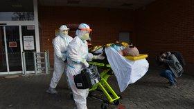 Zdravotníci 6. listopadu 2020 ve zlínské nemocnici nakládají do výtahu nosítka s pacientem nakaženým koronavirem.
