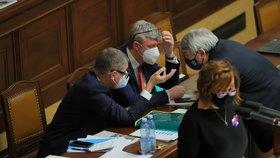 Mezitím, co ministryně financí Alena Schillerová (za ANO) představovala svůj návrh státního rozpočtu, diskutoval premiér Andrej Babiš (ANO) s ministrem Karlem Havlíčkem (za ANO) a předsedou komunistů Vojtěchem Filipem (KSČM). (11. 11. 2020).