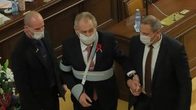 Prezidenta Miloše Zemana vyprovází ochranka a předseda Sněmovny Radek Vondráček ze Sněmovny (11.11.2020).