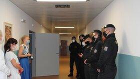 Policisté nabídli pomoc nemocnicím, z ulic se přesunuli na covidová oddělení.