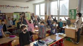 Koronavirus v Česku: Další děti se vrátily do lavic (18.11.2020)