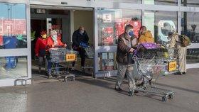 Koronavirus v Česku: Supermarkety upravily své plochy tak, aby mohl kolem sebe mít návštěvník 15 m2. Očíslovali i vozíky, aby bylo jasné, kolik lidí může být uvnitř prodejny (18.11.2020)