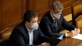 Sněmovna o nouzovém stavu (19. 11. 2020): Zleva vicepremiér Jan Hamáček (ČSSD) a premiér Andrej Babiš (ANO)
