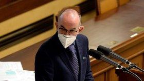 Ministr zdravotnictví Jan Blatný (za ANO) obhajuje ve Sněmovně žádost vlády o prodloužení nouzového stavu o 30 dní až do 20. prosince (19. 11. 2020).