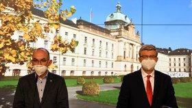 Ministr zdravotnictví Jan Blatný (vlevo, za ANO) a vicepremiér Karel Havlíček (za ANO) na tiskové konferenci po jednání vlády (20. 11. 2020)