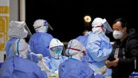 Testování na koronavirus na letišti v Šanghaji