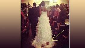 Šokující fotka ze svatby: Nevěsta kráčela uličkou s miminkem přivázaným na vlečce!