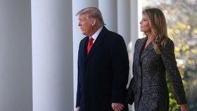 Prezident Donald Trump s manželkou Melanií před tradičním udělením milosti svátečnímu krocanovi.