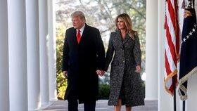 Prezident Donald Trump s manželkou Melanií před tradičním udělením milosti svátečnímu krocanovi