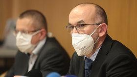 Ministr zdravotnictví Jan Blatný (za ANO) šéf statistiků ÚZIS Ladislav Dušek na tiskové konferenci ministerstva zdravotnictví.