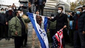 Protestující viní ze zabití Fachrízádeha Izrael a Ameriku.