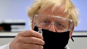 Britský premiér Boris Johnson s Oxfordskou vakcínou (30. 11. 2020)