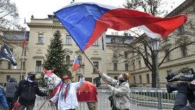 Zástupci podnikatelů a živnostníků 1. prosince 2020 u Strakovy akademie v Praze protestují proti stylu vládnutí a rozhodování české vlády. Akci svolaly Podnikatelské odbory.