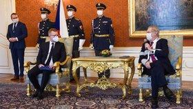 Nový šéf Antimonopolního úřadu ČR Petr Mlsna (vlevo) a prezident Miloš Zeman