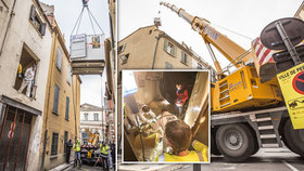 300kilového muže evakuovali z domu jeřábem a přepravním kontejnerem: Do domu museli udělat obří díru