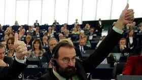 Maďarský poslanec József Szájer nečekaně rezignoval. Potvrdil účast na nelegálním večírku. (1.12.2020)