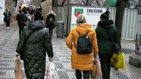 Lidé v Praze vyrazili první den znovuotevření obchodů na nákupy, zastavovali se i na trzích na Václavském náměstí. (3. 12. 2020)