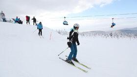 Lyžování v Krkonoších v únoru 2020. Sezonu následně předčasně ukončila pandemie covidu-19.